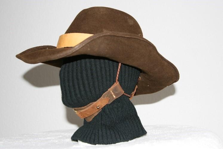 Ein Bild, das Person, drinnen, Hut, tragen enthält.  Automatisch generierte Beschreibung