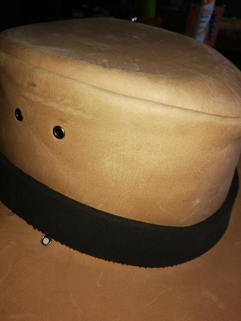 Ein Bild, das sitzend, Hut, Tisch, schwarz enthält.  Automatisch generierte Beschreibung