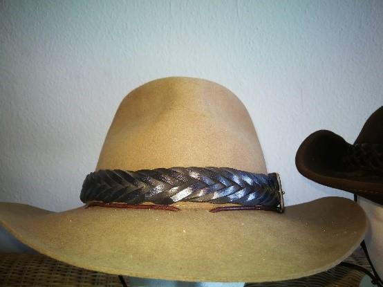 Ein Bild, das drinnen, Hut, sitzend, Stuhl enthält.  Automatisch generierte Beschreibung